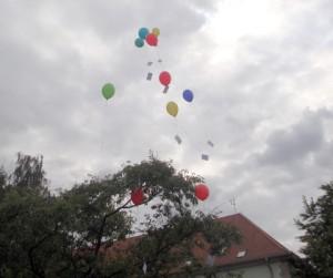 Luftballons steigen am ersten Schultag in die Lüfte